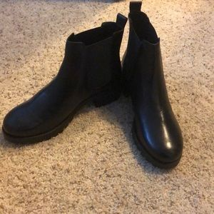 New with box urban outfitters maci Chelsea boot 7